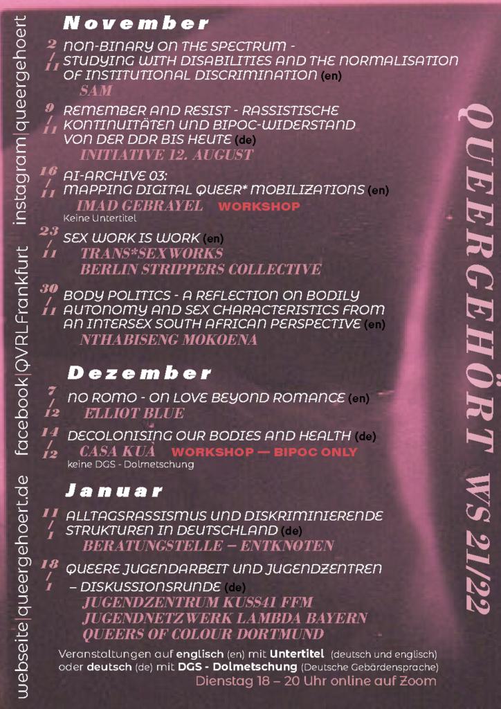 Plakat der Queeren Ringvorlesung für das Wintersemester 2021/22. Alle Programminformationen (Termine, Speaker*innen, Sprache, DGS und Untertitel), die auch auf https://www.queergehoert.de/2021/10/01/programm-von-november-2021-bis-januar-2022/ zu finden sind. Zusätzlich stehen auf der linken Seite von unten nach oben die Webseite und Social-Media-Accounts. Der Hintergrund ist organisch dunkel und altrosa.